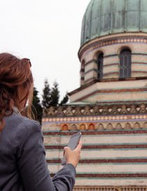 Frau mit Smartphone vor Dampfmaschinenhaus