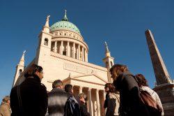 Besuchergruppe am Alten Markt vor der Nikolaikirche