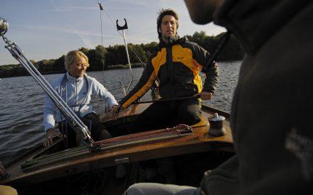 Ein Paar auf einem Segelboot