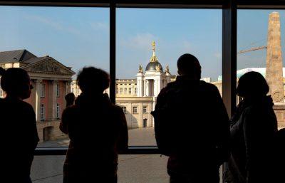 Blick aus dem Potsdam Museum auf den Alten Markt. Hier ist viel passiert in den letzten Jahren. Was würde Max Baur dazu sagen? (Foto: PMSG, André Stiebitz)