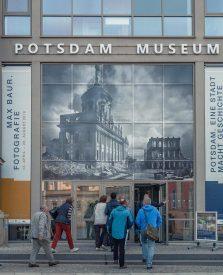 Eingang in die Ausstellung zu Max Baur im Potsdam Museum