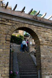 Treppenstufen führen hoch zu den Terassen des Winzerbergs.