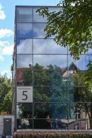 IASS Potsdam - Die Fassade aus Glas findet man in der Helmholtz-Straße. Sie wirkt wie ein Spiegel für das gegenüber liegende Gebäude.
