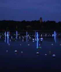 Lichtinstallation am Ufer des Tiefen Sees an der Schiffbauergasse