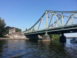 Unter der Glienicker Brücke hindurch