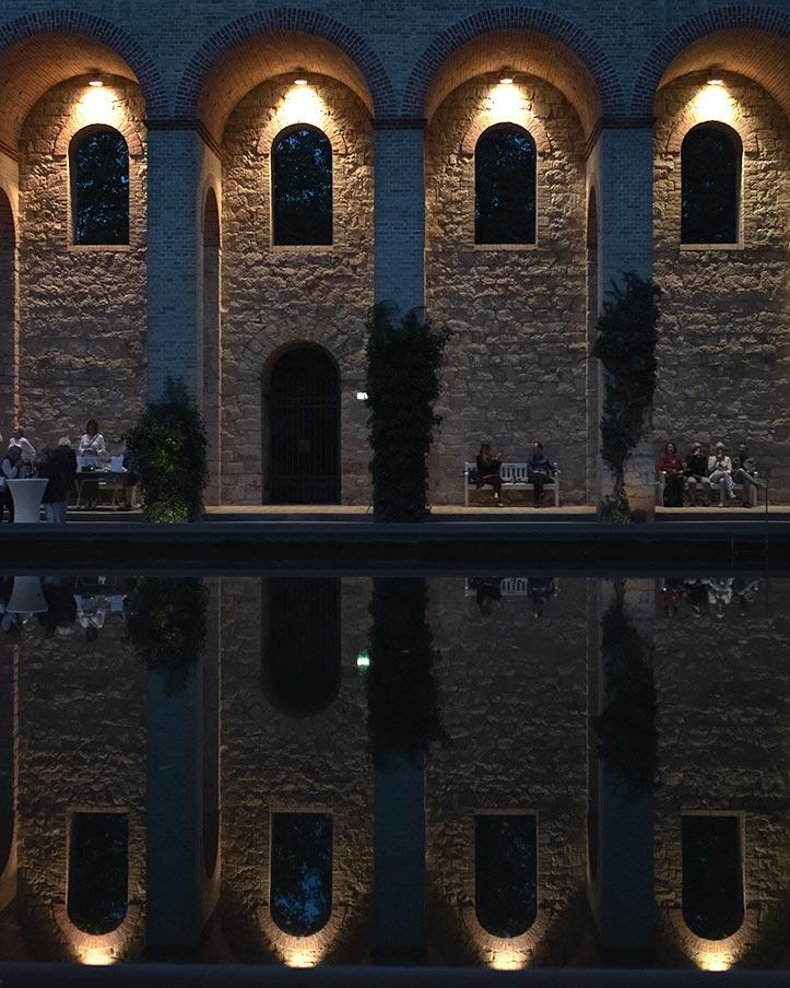 Spiegelung im Wasserbecken des beleuchteten Belvedere auf dem Pfingstberg