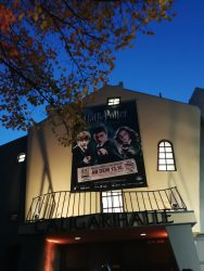 Die Ausstellung befindet sich in der Caligari-Halle am hinteren Ende des Filmpark Babelsberg