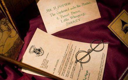 Harry Potters Brille und der erste Brief aus Hogwarts bei der Harry Potter Ausstellung in Potsdam