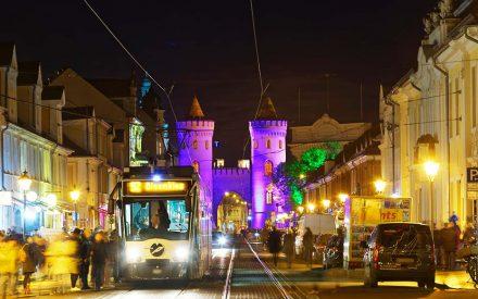 Lichterspektakel in Potsdam, das Nauener Tor ist in violettes Licht getaucht