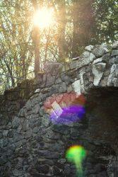 Sonnenstrahlen über dem Eingang der Muschelgrotte