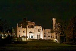 Schloss Babelsberg leuchtet in der Nacht