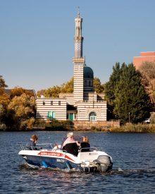 Mit dem Boot vor der Moschee an der Neustädter Havelbucht