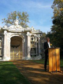 Günther Jauch steht vor der frisch sanierten Neptungrotte im Park Sanssouci in Potsdam