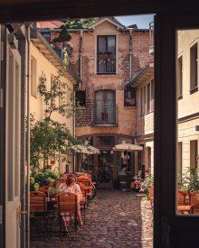Gemütliches Café, versteckt in einem Hinterhof der Innenstadt