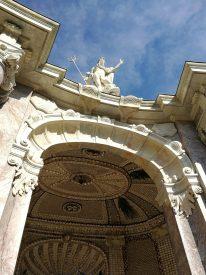 Zentral über dem Eingang ist der Neptung auf das Portal gesetzt.