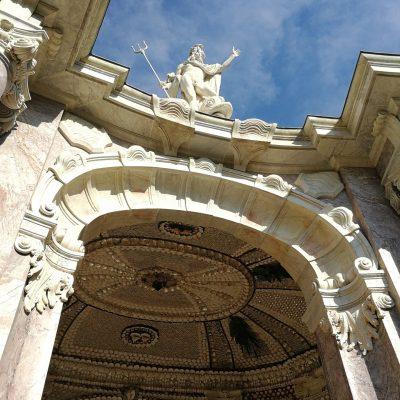 Zentral über dem Portal ragt der Neptun auf.