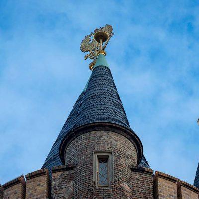 Die Spitze des Flatowturms vor blauem Himmel