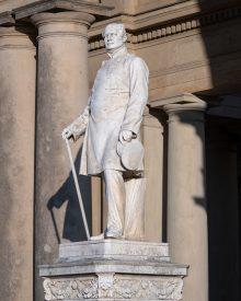 Statue von Friedrich Wilhelm IV. vor dem Orangerieschloss