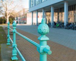 Grünes Gitter des Stadtkanals am Bildungsforum auf dem Platz der Einheit