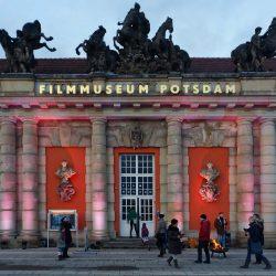 Filmmuseum bei Unterwegs im Licht mit beleuchteter Fassade