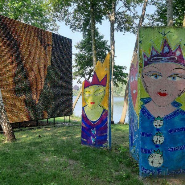 Kunstwerke am Ufer des Griebnitzsee