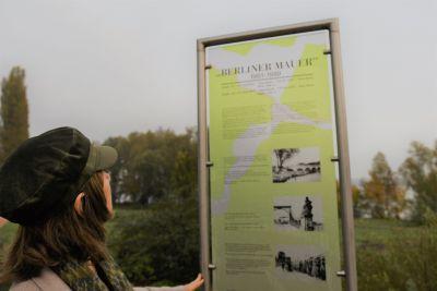 Stele zur Berliner Mauer an der Villa Schöningen