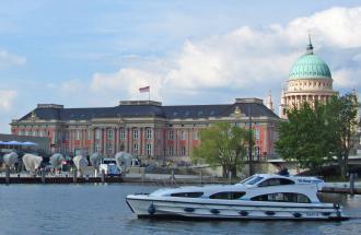 Mit dem Hausboot am Potsdamer Stadtschloss vorbeifahren, Foto: Le Boat c/o Crown Blue Line GmbH
